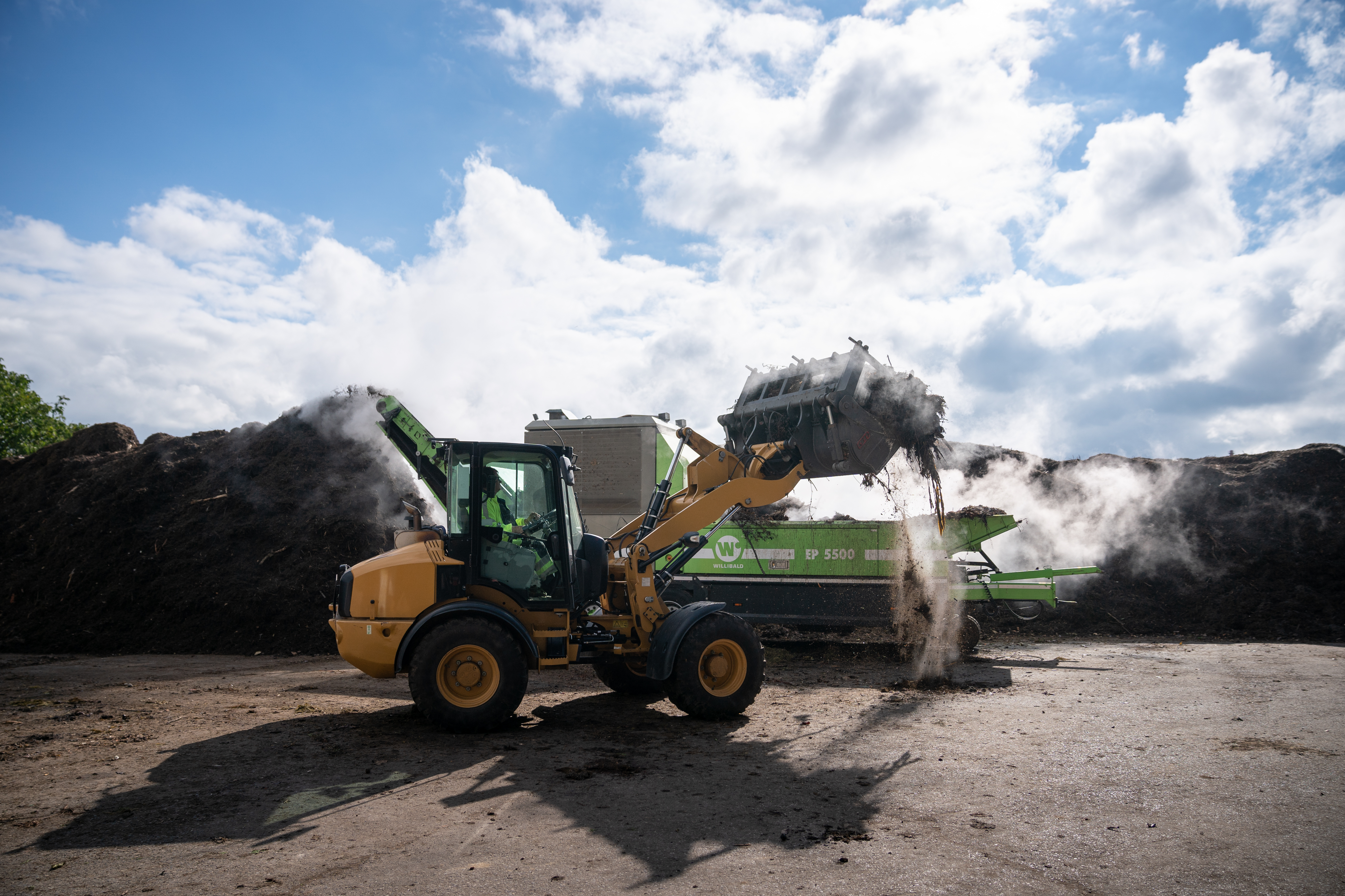 Shredding biomass: Green waste and branch material are shredded to a diameter of 25 cm