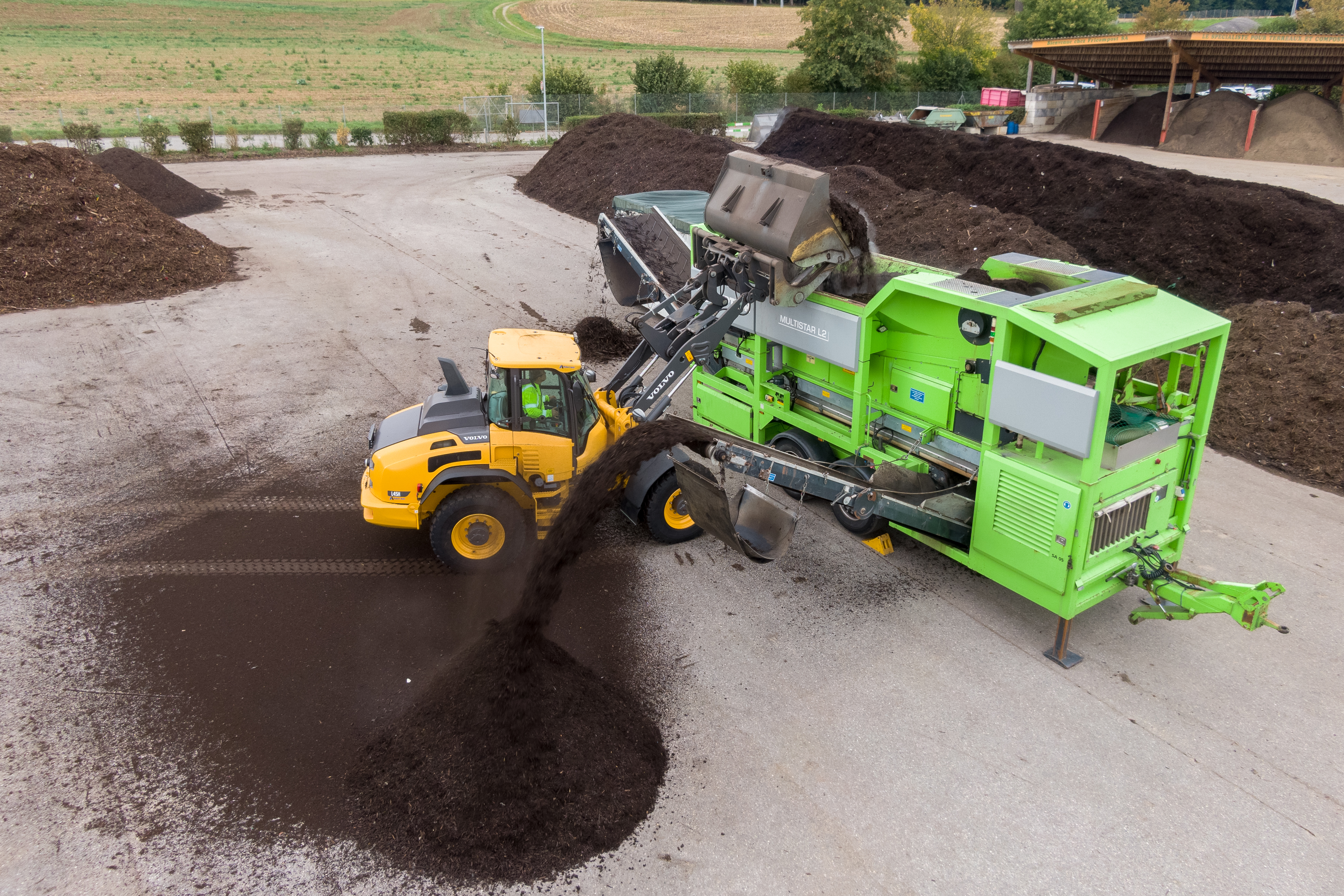 Screening compost, fertiliser and humus: Using drum and star screens, the material is processed into various grain sizes from 10, 15, 20 and 30 mm