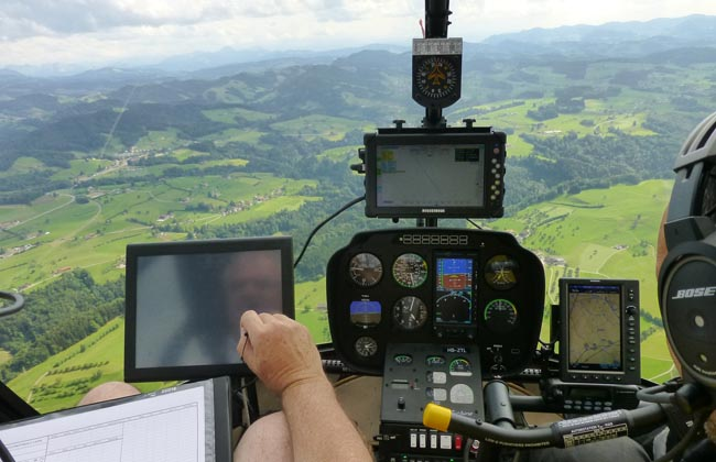 The survey data is displayed and monitored during the flight. (©BSF Swissphoto)