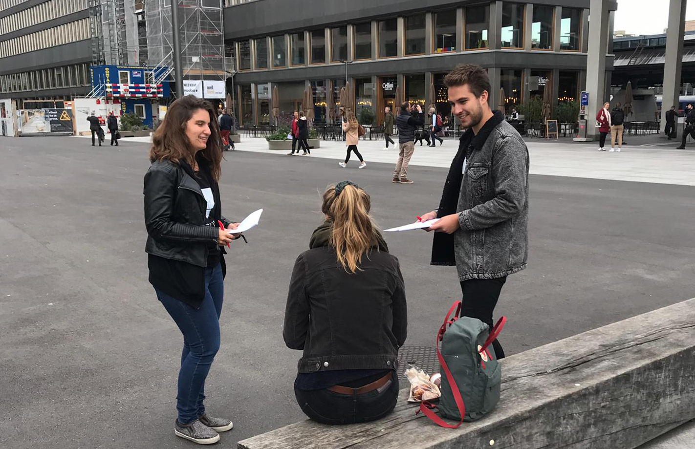 Friday afternoon: First interviews with passers-by bring a view from the outside on the problem. It quickly becomes clear that many people are not even aware of how much energy we consume in everyday life.