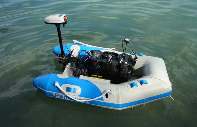 An autonomous boat takes measurements of underwater structures in order to detect deposit accumulation on the dam wall early on.